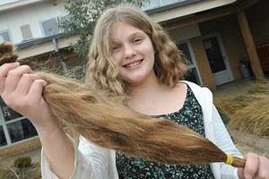 Ανήλικη χάρισε τα μαλλιά της σε φιλανθρωπική οργάνωση