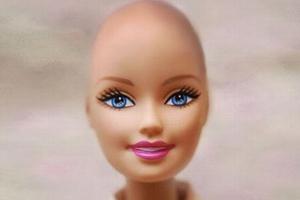 Η «φίλη της Μπάρμπι» συντροφιά στα παιδιά με καρκίνο