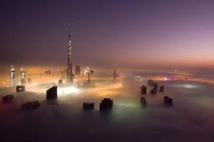 Με θέα ένα «χαλί» ομίχλης