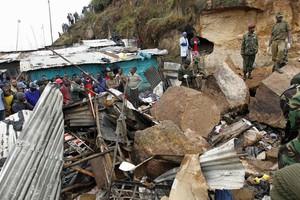 Βράχοι καταπλακώνουν σπίτια στην Κένυα