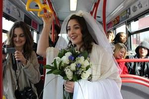 Νύφη πήγε στην εκκλησία με το λεωφορείο
