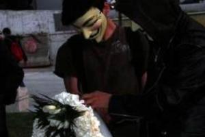 Οι Anonymous τίμησαν με στεφάνι τον 77χρονο