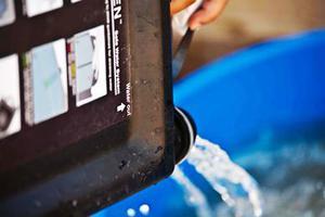 Συσκευή καθαρισμού νερού λειτουργεί με ηλιακή ενέργεια