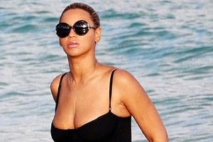 Beyonce αναδεικνύει τις καμπύλες της με ολόσωμο μαγιό
