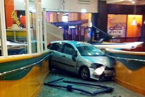 «Κάρφωσε» το αμάξι του συντρόφου της στη βιτρίνα