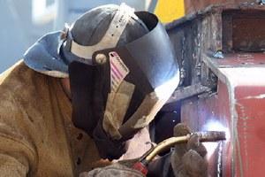 Στα 586 ευρώ θα πέσουν 350.000 ανειδίκευτοι εργάτες