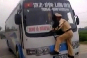 Αστυνομικός γαντζώθηκε σε παρμπρίζ λεωφορείου
