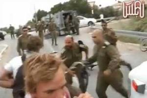 Αξιωματικός χτυπά με όπλο ακτιβιστή στο πρόσωπο!