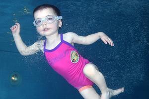 Η μικρή Rosanna κέρδισε τη μάχη με το θάνατο στη... πισίνα