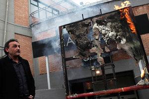 Διευθυντής μουσείου βάζει φωτιά σε έργα τέχνης
