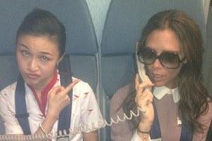Η Victoria Beckham σε ρόλο αεροσυνοδού