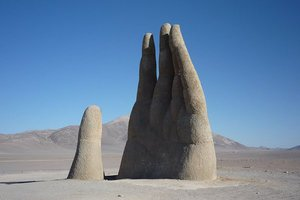 Το χέρι που ξεπροβάλλει στη μέση της ερήμου