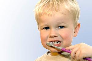 Έτσι θα ενθαρρύνετε το παιδί να πλένει τα δόντια του