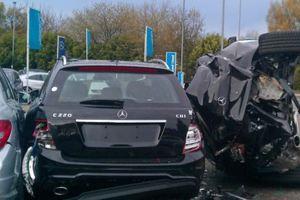 Οδηγός προσέκρουσε σε εκθεσιακό χώρο της Mercedes