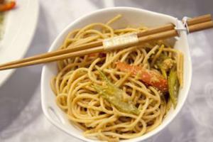 Νουντλς με σπαράγγια και γαρίδες