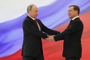 Ο Πούτιν πρότεινε για την θέση του πρωθυπουργού τον Μεντβέντεφ
