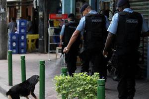 Αστυνομικός ψεκάζει με δακρυγόνο σκύλο!