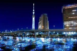Φώτισαν ποτάμι με 100.000 φωτοβολταϊκές «πυγολαμπίδες»