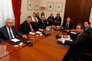 Συγκαλεί εκ νέου τους πολιτικούς αρχηγούς ο Κ. Παπούλιας