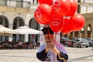 Θραύση κάνει ο ιερέας με τα μπαλόνια
