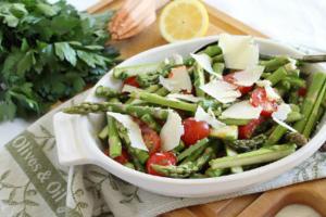 Σαλάτα με σπαράγγια και ντοματίνια