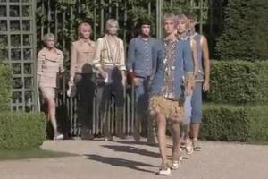 Νέα συλλογή της Chanel παρουσιάζεται με φόντο τις Βερσαλλίες