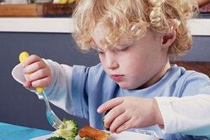 Μάθετε το παιδί σας να τρώει ψάρια