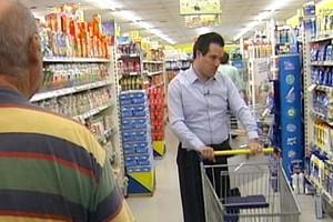 Βουλευτές στο σούπερ μάρκετ με νοικοκυρές
