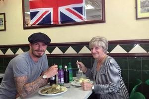 Ο David Beckham πήγε με την μαμά του για φαγητό