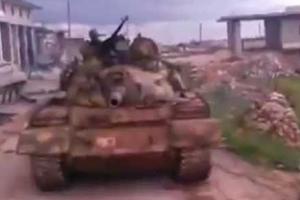 Συριακό τανκ πατάει το πτώμα αντάρτη