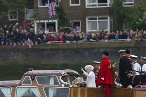 Πανζουρλισμός στο Λονδίνο για τη βασίλισσα