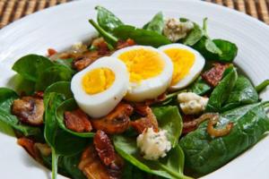 Σαλάτα με σπανάκι, μπέικον και αυγό