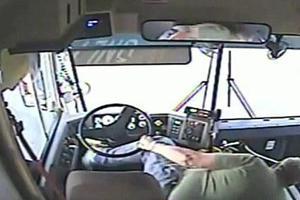 Οδηγός «εκτοξεύτηκε» και σχολικό έπεσε πάνω σε σπίτι!