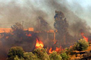 Απειλεί κατοικημένες περιοχές η φωτιά στην Αχαΐα