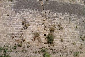 Με κατάρρευση κινδυνεύουν τα Ενετικά τείχη