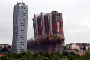 Πύργος ισοπεδώθηκε μέσα σε πέντε δευτερόλεπτα!