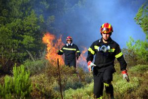 Πυρκαγιά κοντά σε σπίτια ανάμεσα σε Μαρκόπουλο και Πόρτο Ράφτη
