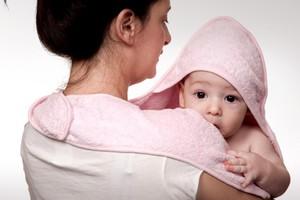 Ευεργετική η αγκαλιά για τα μωρά