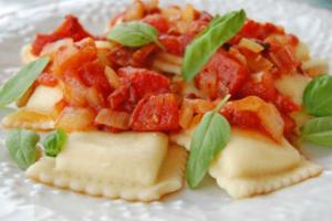 Ραβιόλια με σάλτσα ντομάτας