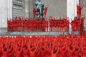 Ξεγυμνώθηκαν 1.700 εθελοντές στο Μόναχο!