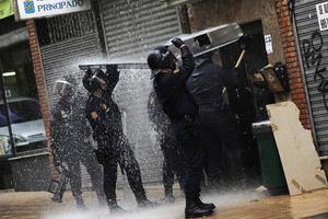 Πετούσαν στους αστυνομικούς νερά από τα μπαλκόνια