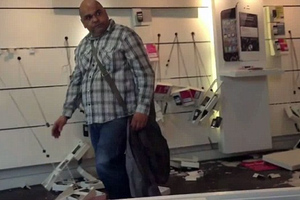 Ο πελάτης... τα' σπασε όλα!
