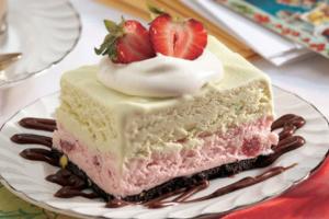 Τάρτα παγωτού με φράουλα και καϊμάκι