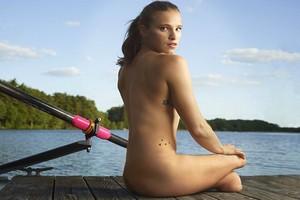 Αθλήτρια των Παραολυμπιακών ποζάρει γυμνή