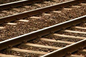 Νταλίκα «δίπλωσε» πάνω σε σιδηροδρομική γραμμή