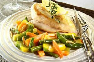 Κοτόπουλο με σπαράγγια και καρότα