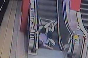 Ανέβηκε σε κυλιόμενες σκάλες με αναπηρικό αμαξίδιο