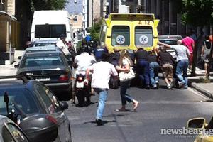 Πολίτες και ΔΙΑΣ σπρώχνουν ασθενοφόρο που έμεινε!