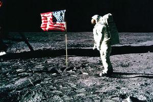 Παραμένουν όρθιες οι αμερικανικές σημαίες στη Σελήνη