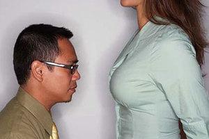 Γιατί οι άντρες έχουν εμμονή με το γυναικείο στήθος;